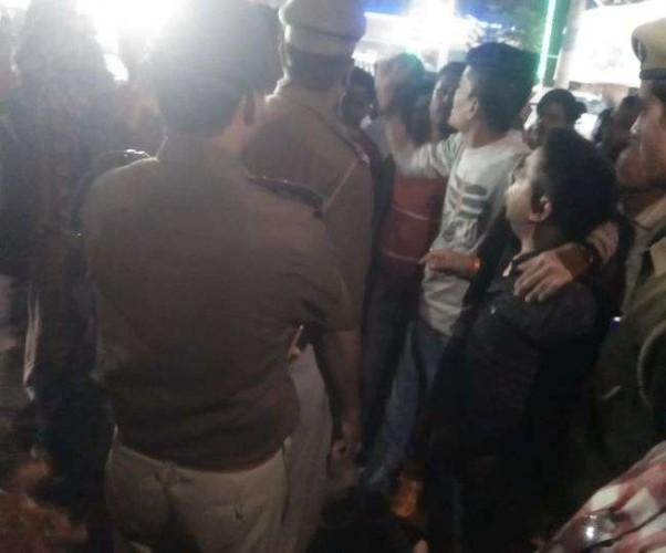 प्रयागराज मे प्रियंका गांधी के दौरे के दौरान भिड़े हिंदू युवा वाहिनी और कांग्रेस कार्यकर्ता