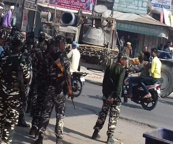 देवरिया मे व्यापारी की हत्या के विरोध में सड़क जाम कर रहे नगर पंचायत अध्यक्ष समेत दो हिरासत में, एसओ निलंबित