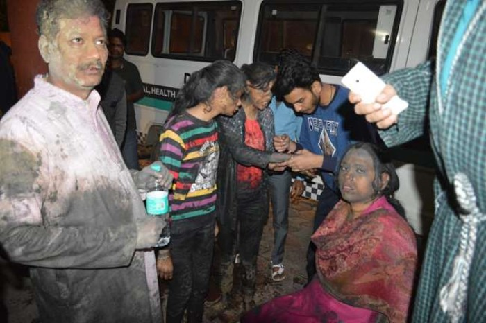 अलीगढ़ में श्रद्घालुओं से भरी बस पलटी, 25 घायल