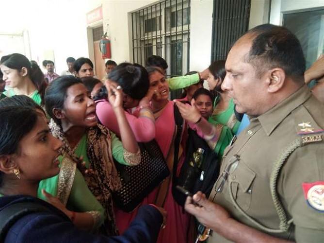 वाराणसी के करसड़ा स्थित रामकिशुन महाविद्यालय के छात्रों ने जमकर हंगामा किया