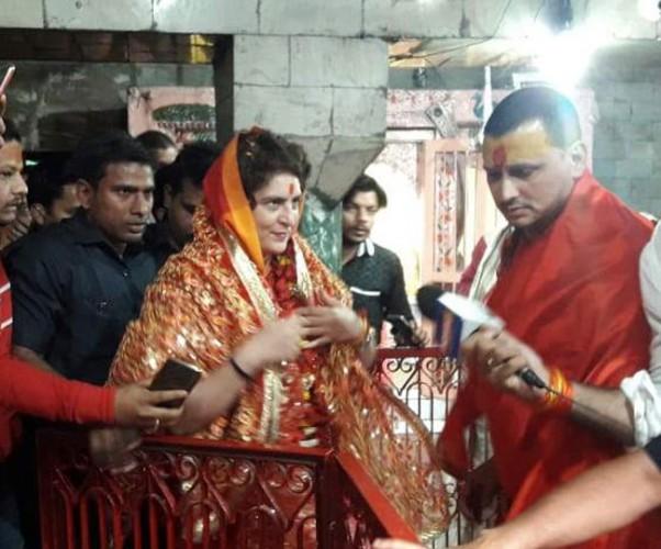 प्रियंका गांधी वाड्रा ने विंध्यवासिनी धाम में किया दर्शन, बाहर भक्तों ने लगाए मोदी-मोदी के नारे