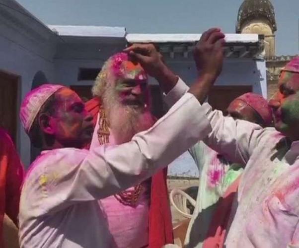 राम मंदिर और बाबरी मस्जिद के पक्षकारों ने एक-दूसरे को लगाया गुलाल, मनाई होली