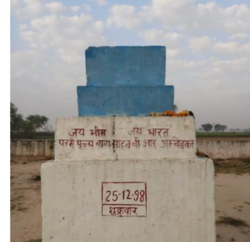 जिला अलीगढ़ में डॉ.आंबेडकर की मूर्ति चोरी, सड़क पर फूटा अनुयायियों का गुस्सा