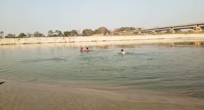 कानपुर मे रंग खेलकर नहाते समय पांच दोस्त गंगा में डूबे, गोताखोर कर रहे तीन की तलाश