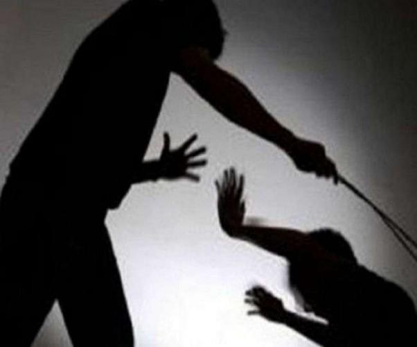 कानपुर - विधनू थानाक्षेत्र के अन्तर्गत हत्या के मामले पूछताछ के लिए उठाए गए युवक की दी गयी थर्ड डिग्री की यातनाएं।