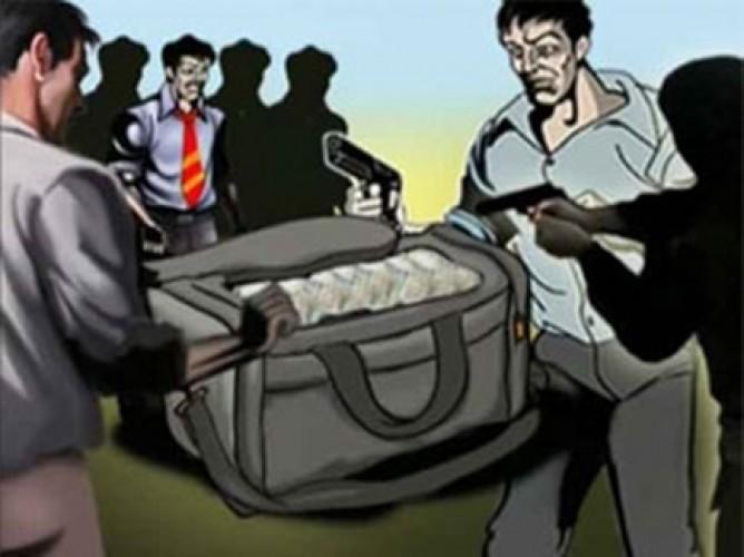 जिला प्रयागराज के मऊआइमा में कनपटी पर सटाया तमंचा और लूट लिया दो लाख रुपये