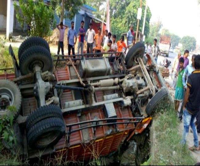 कुशीनगर में ट्रक पलटा, चालक की मौत