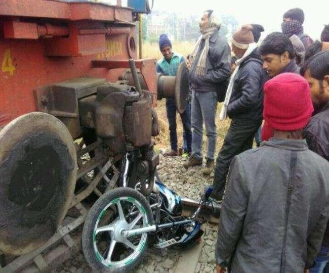 संतकबीर नगर में रेलवे क्रॉसिंग पर बाइक से टकराई ट्रेन, टला बड़ा हादसा