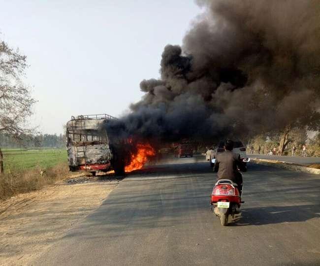 शाहजहांपुर मे 24 यात्रियों को ले जा रही रोडवेज बस नेशनल हाईवे पर आग का गोला बनी