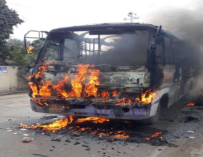 इलाहाबाद में एलएलबी छात्र की हत्या के विरोध में उग्र छात्रों ने फूंकी बस