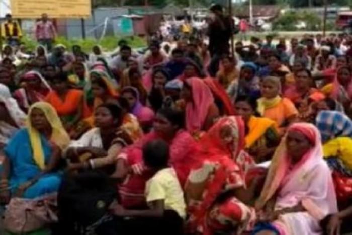 झांसी जिले के मऊरानीपुर मे मंदिर की जमीन वापसी के लिए धरने पर बैठे 'भगवान'