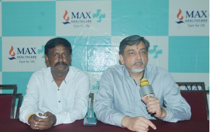 अलीगढ़-:पत्रकारों से वार्ता करते हुये मैक्स सुपर स्पेशलिटी हॉस्पिटल पटपड़गंज से डॉ0 अमिताभ गोयल साथ में हैं देवेन्द्र गोस्वामी ।