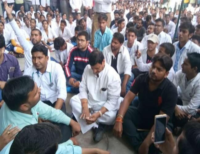 शिवपाल सिंह यादव इटावा में मेडिकल छात्रों के समर्थन में धरना पर बैठे