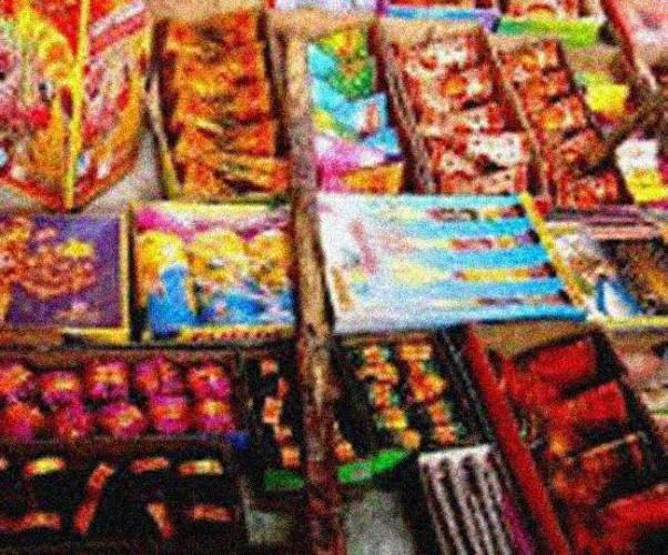 इटावा मे होम्योपैथी क्लीनिक में चल रहा अवैध पटाखों का कारोबार, 50 लाख की आतिशबाजी बरामद