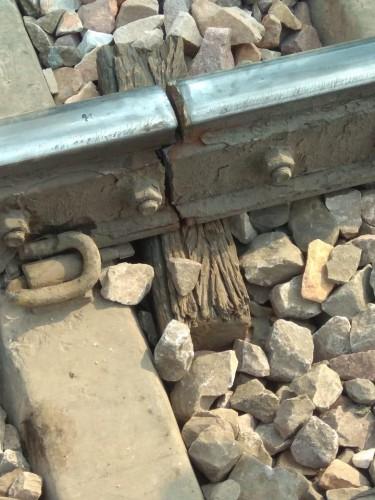 हाथरस- अलीगढ़ पैसेंजर ट्रेन चटकी रेल लाइन से गुजरी ट्रेन, हादसा टला