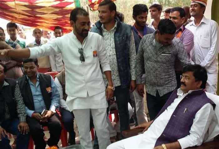 फर्रुखाबाद में कारागार मंत्री का फरमान, जींस नहीं पार्टी का ड्रेस कोड पहनें पदाधिकारी
