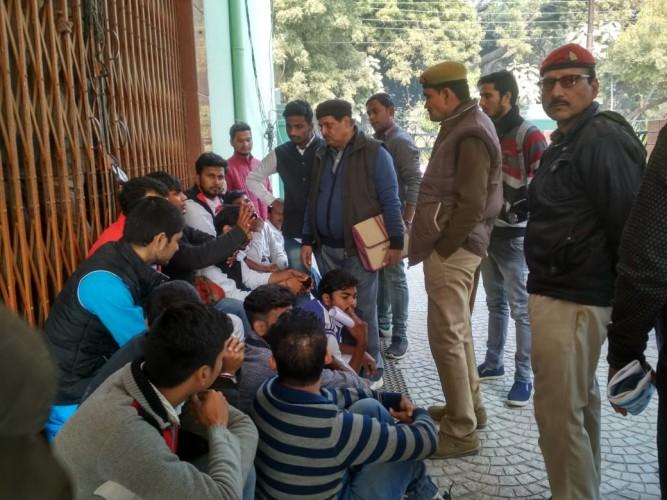 वाराणसी के महात्मा गांधी काशी विद्यापीठ के छात्रों ने किया हंगामा, शुल्क माफी के लिए प्रदर्शन