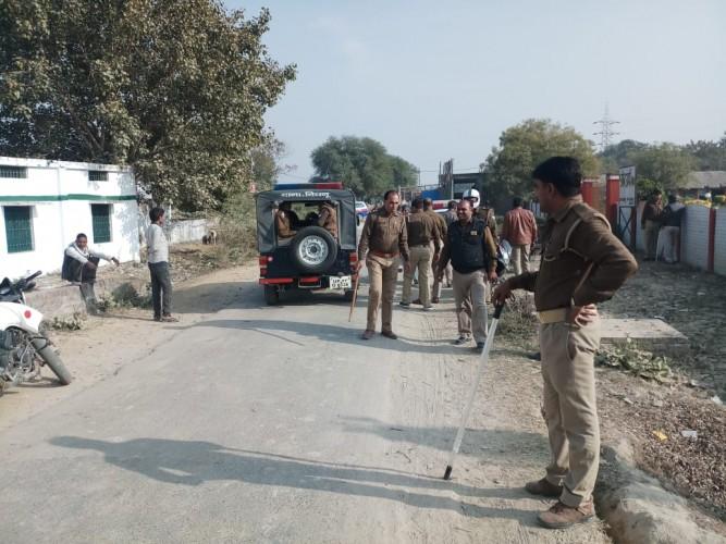 कानपुर मे स्कूल में बंद जानवर मुक्त कराने गई पुलिस पर ग्रामीणों ने चलाए पत्थर, दारोगा की बाइक तोड़ी