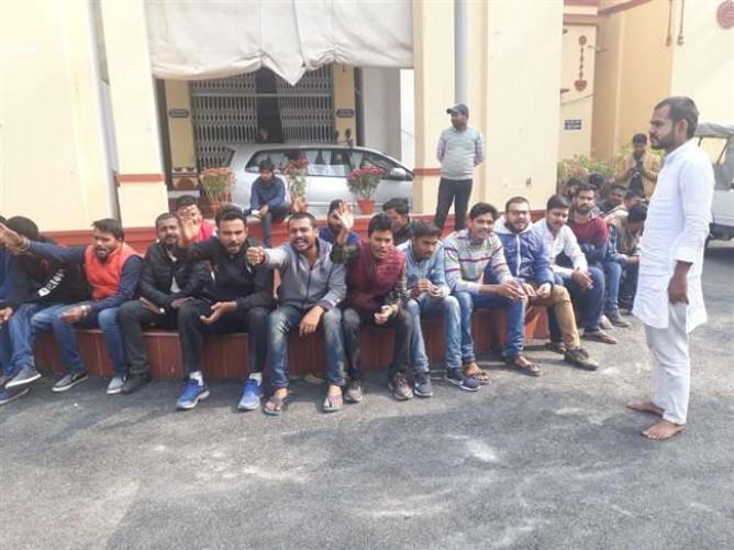 वाराणसी मे BHU कुलपति से मिलने से रोका गया तो मुकदमा वापस करने को धरने पर बैठे छात्र
