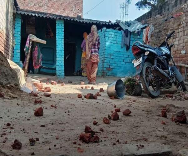 जिला फीरोजाबाद में दो समुदायों में हुआ जमकर पथराव, महिलाओं के साथ अभद्रता