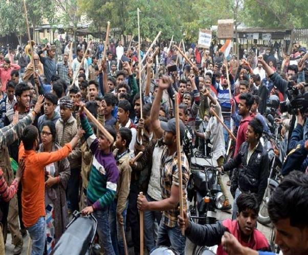 फिरोजाबाद मे पाक का पुतला फूंक रही भीड़ ने किया उपद्रव, वाहनों में तोड़फोड़