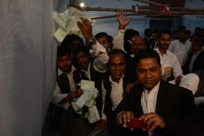 कानपुर मे लायर्स एसोसिएशन चुनाव में हंगामा, मतपत्र फाड़े और बूथ पलटाए