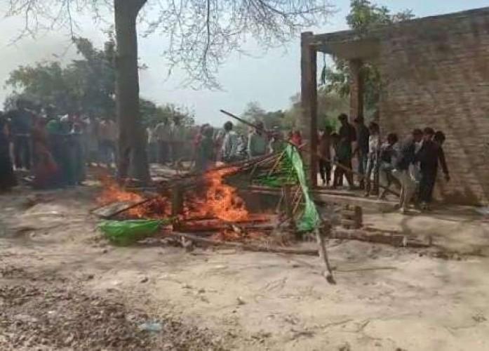 कानपुर मे शराब कांड मे नौवीं मौत से ग्रामीणों का भड़का गुस्सा, शराब ठेके में तोडफ़ोड़ कर लगाई आग
