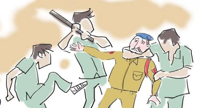 जिला अलीगढ़ में दारोगा-सिपाही दौड़ा-दौड़ा कर पीटे