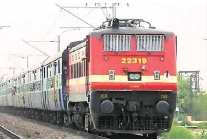 मथुरा के कोसीकलां में स्टेशन के समीप ट्रेन के आगे कूदा युवक सिर धड़ से हुआ अलग