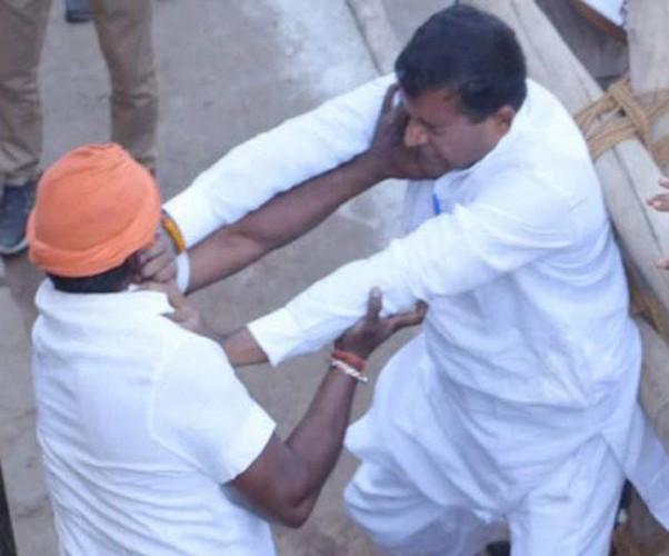 जिला वाराणसी में प्रियंका के सामने ही भिड़े भाजपा-कांग्रेस कार्यकर्ता, लगे मोदी-मोदी के नारे