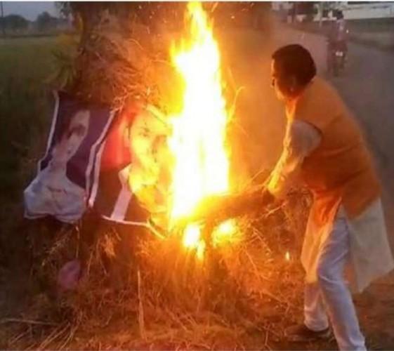 बाराबंकी मे होलिका दहन में अखिलेश और मायावती का पोस्टर जलाने पर भाजपा नेता नामजद