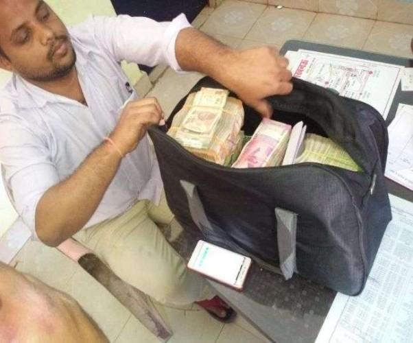 लखनऊ मे निर्वाचन आयोग के उड़न दस्ते ने चेकिंग के दौरान पकड़े 45 लाख रुपये