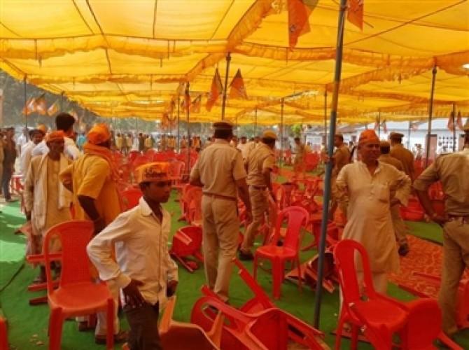 संतकबीर नगर जिले में भाजपा प्रदेश अध्यक्ष के आने से पहले जमकर बवाल, कुर्सियां तोडी, पुलिस ने भाजी लाठियां