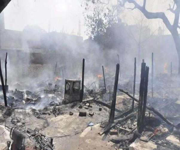 राजधानी के ठाकुगंज इलाके में 20 झोपड़ी जलकर राख, ताबड़तोड़ धमाकों से सहमे लोग