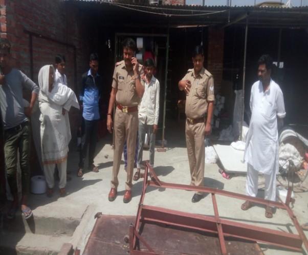 मेरठ लिसाड़ी गेट थाना क्षेत्र के लक्खीपुरा में पावर लूम फैक्ट्री की टेंपरेरी लिफ्ट में दबकर दो साल के मासूम की मौत