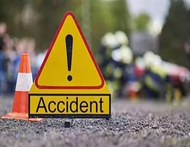 मथुरा के फरह हाइवे पर सड़क हादसे में कार सवार दो युवकों की मौत