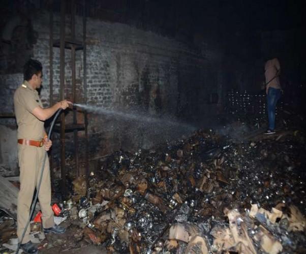 फिरोजाबाद मे ग्लास फैक्ट्री के गोदाम में चिंगारी से भड़की लपटें, कई लाख का नुकसान