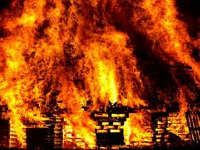 तीन दुकानों में चिंगारी से लगी आग