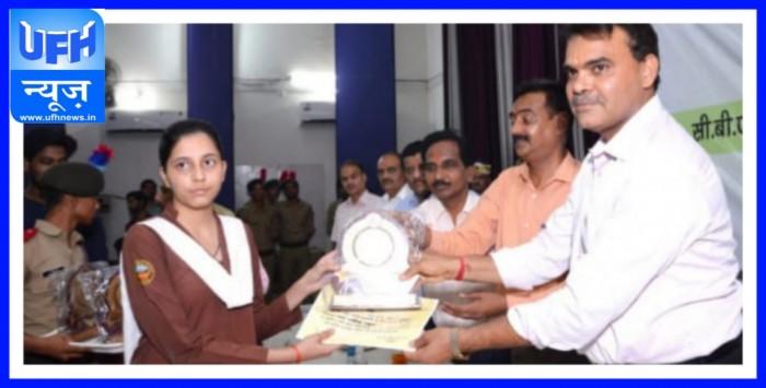अलीगढ़-:डीएस डिग्री कॉलेज के ऑडिटोरियम में आयोजित किया गया मेधावी छात्र छात्रा का किया जिलाधिकारी ने सम्मान समारोह