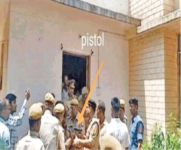लखनऊ के पुरानी जेल रोड स्थित मुख्यालय में कब्जे को लेकर भिड़े होम गार्ड और एनीआरएफ अधिकारी, तानी पिस्टल