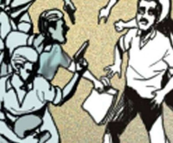 आगरा मे 25 गज जमीन के लिए पुलिस के सामने युवक की भाले से गोदकर हत्या, छह घायल