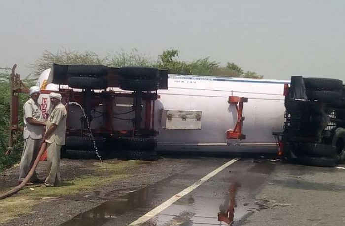 जालौन में एट के पास गैस टैंकर पलटने से यातायात थमा, रिसाव से दहशत का माहौल
