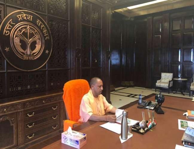 योगी आदित्यनाथ ने मोबाइल फोन को बड़ा खतरा मानते हुए इसको कैबिनेट मीटिंग में बैन कर दिया