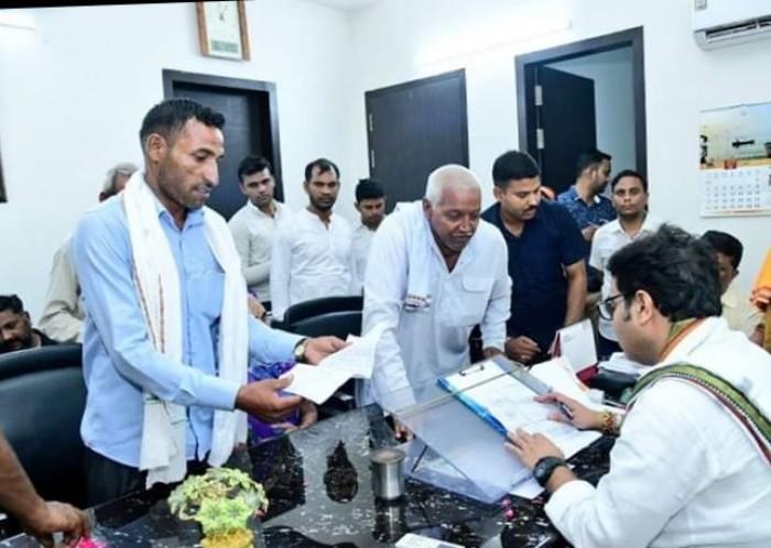 मथुरा में उत्तर प्रदेश के ऊर्जा मंत्री श्रीकांत शर्मा ने अपने निज निवास राधा वैली में लगाई चौपाल सुनी जन समस्याएं