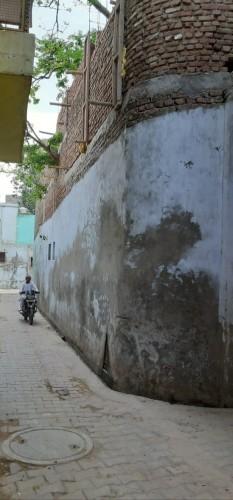 मथुरा में आश्रम पर हो रहा अवैध कब्जा,दबंग कर रहे कब्जा