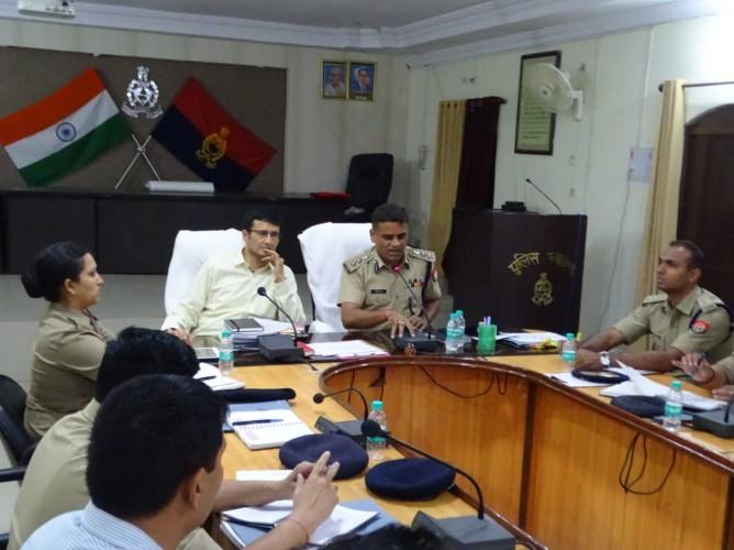 शहर मे बढ़ते अपराधो को रोकने के कप्तान अधिकारियो की लगातार मानिटरिंग करते हुए