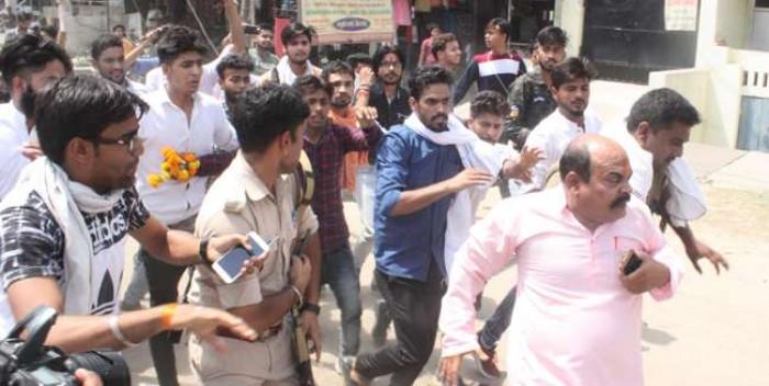 अलीगढ मे पुलिस के सामने आगरा के नेता को दौड़ा-दौड़ा कर पीटा