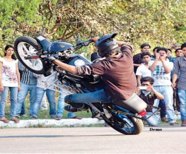 लखनऊ के 1090 चौराहे पर चल रहा था मौत का खेल, Police को देख भागने लगे स्टंटबाज