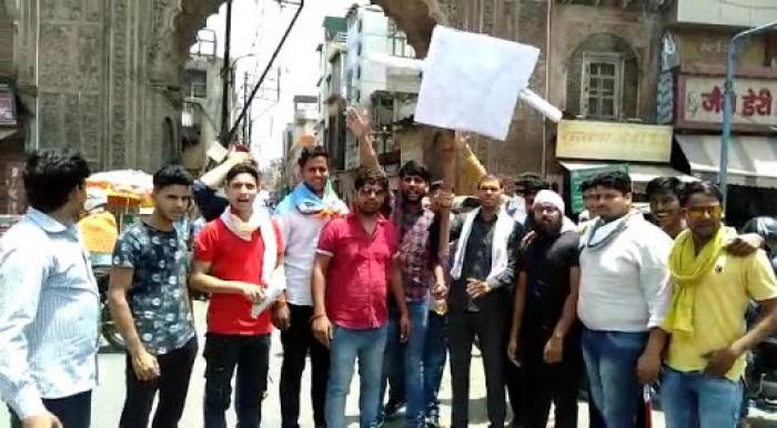 मथुरा में एनएसयूआई कार्यकर्ताओं ने मुख्यमंत्री योगी का फूंका पुतला 6 को लिया पुलिस ने हिरासत में