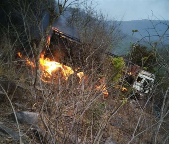 जिला मीरजापुर में दो सौ फीट गहरे खाई में पलटा ट्रक, शार्ट सर्किट के कारण लगी आग में जला ट्रक